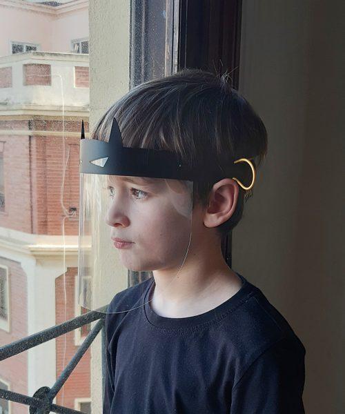 Protección facial para niños con forma de superhéroe